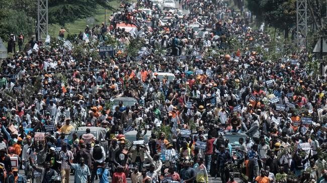 Massa akhirnya tiba di lapangan utama Nairobi, di mana Odinga diperkirakan bakal menyampaikan pidatonya di hadapan para pendukungnya. (AFP Photo/Yasuyoshi Chiba)