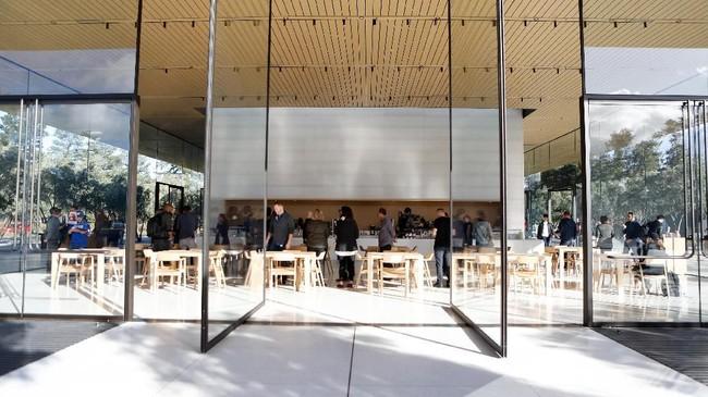 Selain area untuk menjajal produk, pengunjung juga bisa melihat pemandangan dari kafe yang dikelilingi pohon zaitun di lantai dua.(AFP PHOTO / Amy Osborne)