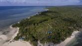 Pantai Sombano di Kaledupa, Wakatobimenjadi salah satu surga menikmatihamparan biru lautdan hutan mangrove.(ANTARA FOTO/Rosa Panggabean)