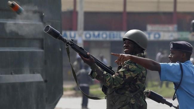 Kepolisian berusaha membubarkan massa dengan menembakkan gas air mata dan meriam air. Namun, massa melawan balik dengan melemparkan batu ke arah petugas. (Reuters/Baz Ratner)