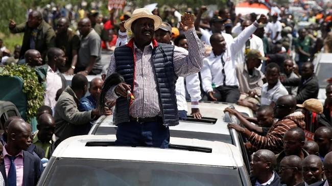 <p>Kericuhan itu bermula ketika para pendukung menjemput Odinga dari bandara dan bergerak mengantarnya ke pusat Nairobi, Jumat (17/11). (Reuters/Baz Ratner)</p>