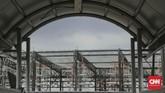 Saat ini, bangunan untuk bengkel kereta masih dalam tahap penyelesaian atap. (CNN Indonesia/ Hesti Rika)