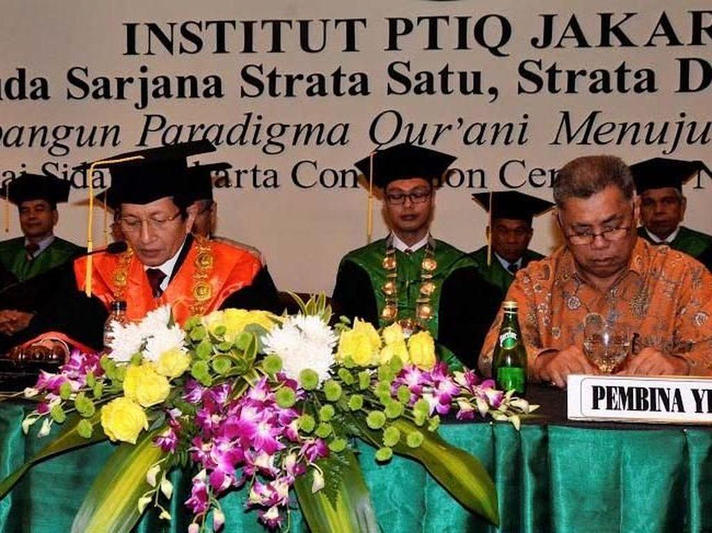 Rektor Institut Perguruan Tinggi Ilmu Al-Quran (PTIQ) Jakarta, Prof. Dr. H. Nasaruddin Umar, MA dan Ketua Pembina Yayasan Ponco Sutowo memimpin proses wisuda. Pool/PTIQ.