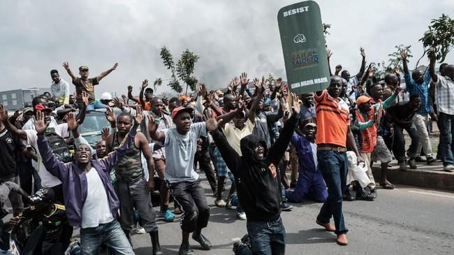 Pemilu ulang itu sendiri dilakukan karena Mahkamah Agung Kenya menemukan sejumlah kejanggalan dalam pemungutan suara pada Agustus yang juga dimenangkan oleh Kenyatta. (AFP Photo/Yasuyoshi Chiba)