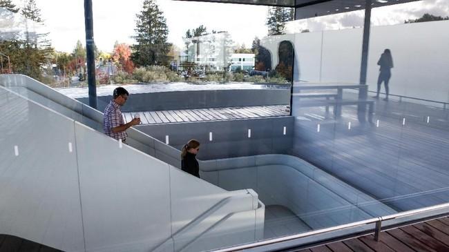 Apple mengundang masyarakat sekitar untuk merasakan pengalaman toko baru, sekaligus menjajal produk-produk mereka. (AFP PHOTO / Amy Osborne)