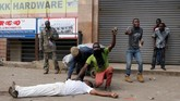 <p>Setidaknya lima orang tewas ketika kepolisian mencoba membubarkan massa pendukung tokoh oposisi Raila Odinga yang pulang dari Amerika Serikat pasca-ketegangan akibat pemilihan umum di Kenya. (Reuters/Thomas Mukoya)</p>