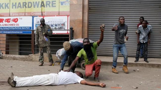 Setidaknya lima orang tewas ketika kepolisian mencoba membubarkan massa pendukung tokoh oposisi Raila Odinga yang pulang dari Amerika Serikat pasca-ketegangan akibat pemilihan umum di Kenya. (Reuters/Thomas Mukoya)