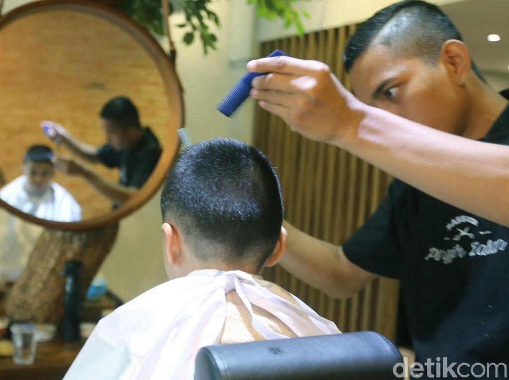Peluang bisnis barbershop ikut dilirik para pengusaha muda untuk membuka Barber Pinggir Jalan di kawasan Kelapa Gading. Keuntungan dunia barbershop yang mencapai jutaan rupiah membuat pengusaha muda berkecimpung dalam bisnis ini.