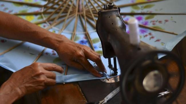 Namun masa keemasan Payung Geulis tak berlangsung lama. Sejumlah sumber menyebutkan era Payung Geulis meredup karena pemerintah membuka diri untuk barang impor pada 1968. (ANTARA FOTO/Adeng Bustomi)