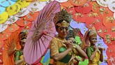 Pertunjukan seni tari di Tasikmalaya, Jawa Barat tampak cantik dengan Payung Geulis. ANTARA FOTO/Adeng Bustomi/17.
