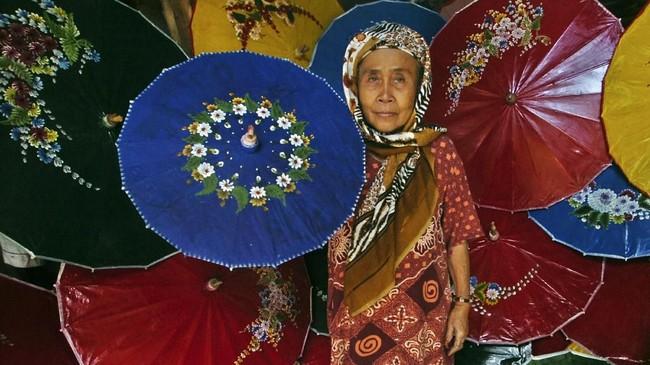 Payung Geulis masih dilestarikan salah satunya oleh Aah (72), perajin Payung Geulis di Panyingkiran, Kota Tasikmalaya. (ANTARA FOTO/Adeng Bustomi)