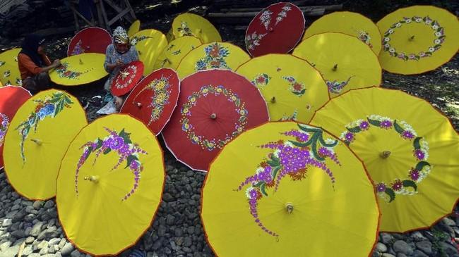 Payung Geulis memiliki berbagai ukuran dari 20 hingga 60 centimeter dan kini dikenal sering digunakan sebagai pelengkap penampilan artis tradisional maupun sebagai unsur desain dalam dan luar ruang. (ANTARA FOTO/Adeng Bustomi)