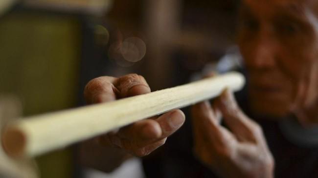 Payung Geulis memiliki rangka bambu. Rangka itu dirangkai dan dipasang kain serta kertas sebelum dirapikan menggunakan kanji. Lalu payung setengah jadi itu dilukis dengan berbagai warna dan corak.(ANTARA FOTO/Adeng Bustomi)