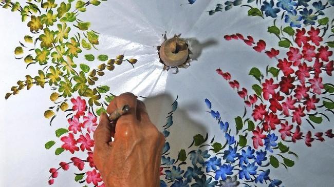 Payung Geulis mulai bergeliat kembali pada 1980 dan dikenal bukan lagi sebagai alat pelindung namun lebih sebagai barang kerajinan untuk hiasan rumah. (ANTARA FOTO/Adeng Bustomi)
