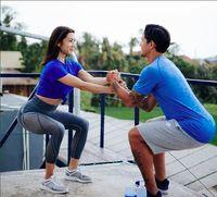 Serunya, ia juga melakukan squats berpasangan dengan Irfan Bachdim, suaminya. Foto: instagram/jenniferbachdim