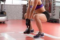 Yang perlu diperhatikan ketika melakukan squats adalah pada posisi jongkok, lutut tidak maju ke depan. Tidak boleh melewati ujung jari kaki di bawahnya. (Foto: Thinkstock)