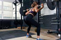 Squats merupakan salah satu gerakan paling efektif mengencangkan otot gluteus di sekitar paha dan bokong. Simpelnya, ini adalah gerakan jongkok-berdiri. (Foto: Thinkstock)