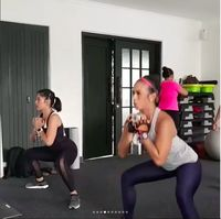 Artis lain yang juga melakukan squats adalah Dian Sastrowardoyo. Foto: instagram/therealdisastr