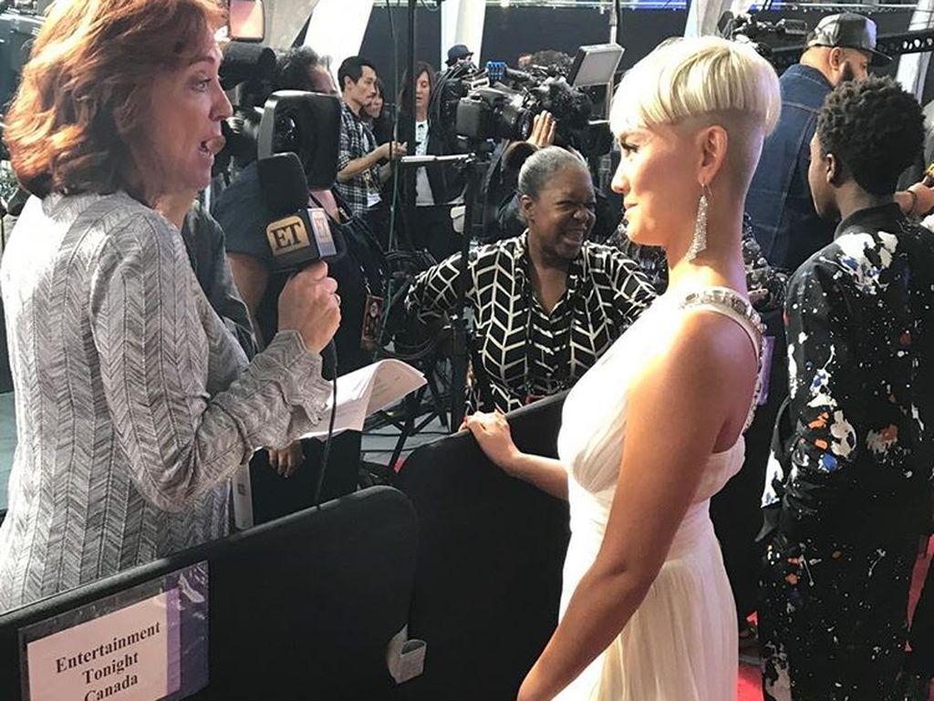 Foto: 8 Gaya Seksi Agnez Mo di American Music Awards 2017