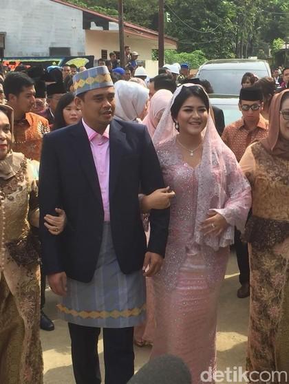 Pesona Kahiyang Ayu Berkebaya Pink di Upacara Adat Pemberian Marga