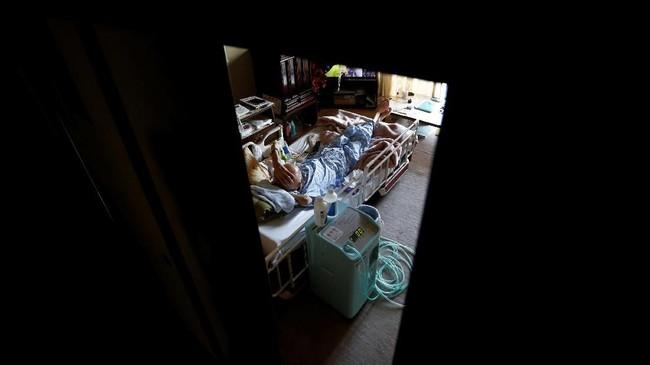 Beristirahat di rumah juga jadi piilhan Yasuhiro Sato (75), pasien yang mengidap kanker paru-paru. (REUTERS/Kim Kyung-Hoon)