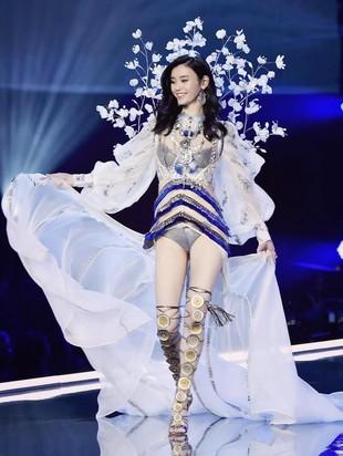 Foto: Si Cantik Ming Xi, Bidadari Jatuh di Fashion Show Victorias Secret