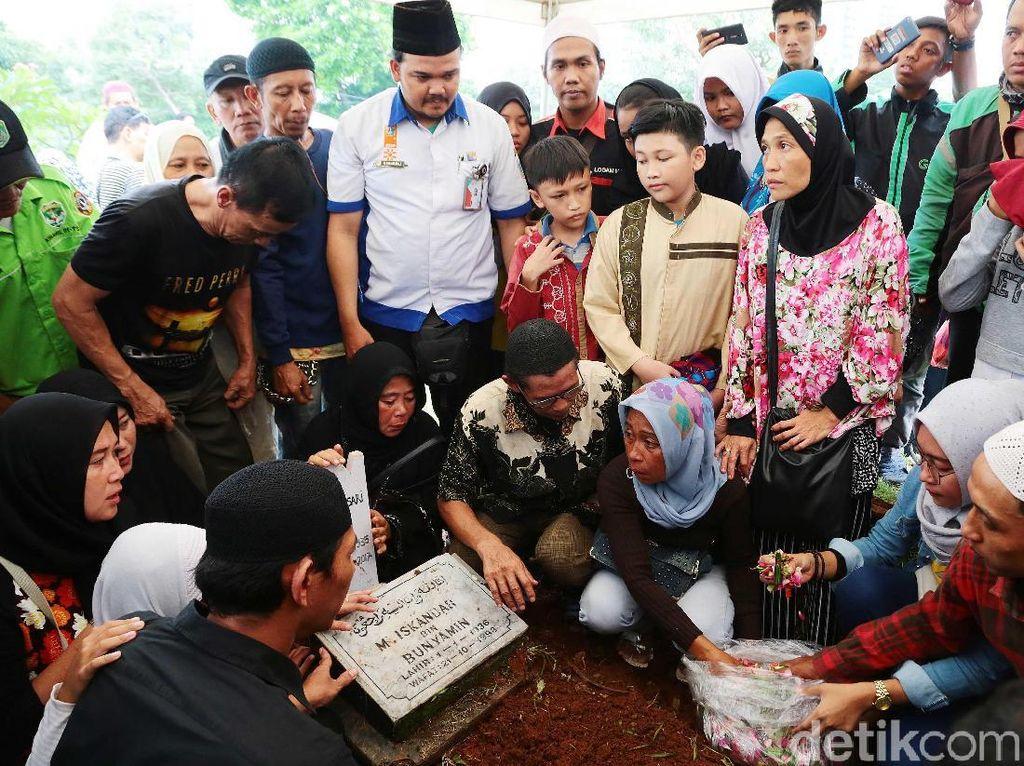 Artis senior Laila sari dimakamkan di TPU Karet Bivak. Ia disemayamkan dalam satu liang lahad dengan sang suami, Muhammad Iskandar. Foto: Ismail/detikHOT