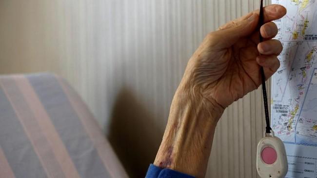 Saito menjadi satu di antara sejumlah lansia dan pasien pengidap sakit berat lainnya di Jepang yang memilih rawat jalan di rumah. Ia terhubung dengan tombol alarm personal yang dapat memanggil perusahaan pengamanan yang memonitor kondisinya. (REUTERS/Kim Kyung-Hoon)