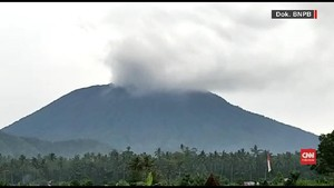 VIDEO: Gunung Agung Muntahkan Asap Hitam