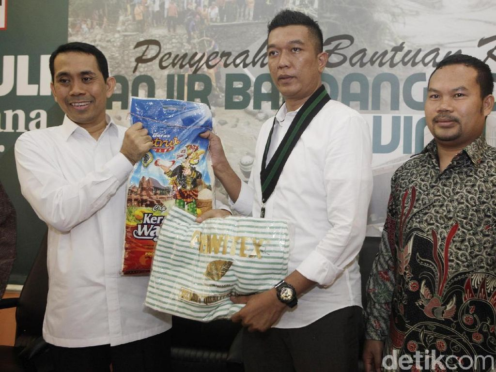 Presidium Majelis Nasional Korps Alumni KAHMI Kamrussamad menyerahkan bantuan untuk korban bajir di Lombok Timur, Nusa Tenggara Barat menimbulkan korban jiwa dan kerugian harta benda. Banjir juga menyebabkan 643 kepala keluarga atau lebih dari 2.280 jiwa terdampak langsung banjir bandang. dok KAHMI