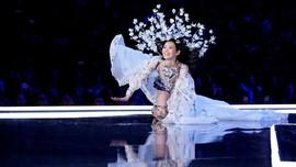 Ming Xi Curhat Soal Insiden Jatuh di Victoria's Secret 2017