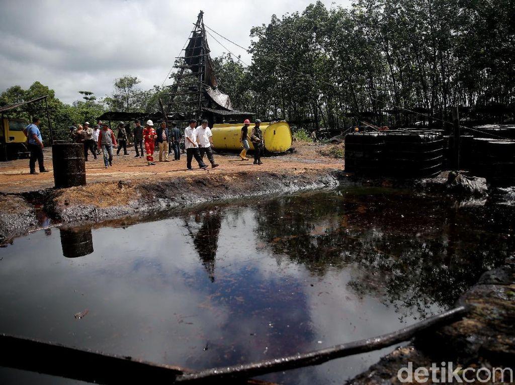 Pengelolaan sumur minyak tanpa memiliki kontrak di lahan milik negara merupakan tindakan melanggar hukum yang pelakunya bisa diseret dengan pasal 52 UU Nomor 22 Tahun 2001 tentang Minyak dan Gas Bumi yang ancaman hukumannya adalah penjara enam tahun dan sanksi berupa denda Rp60 miliar.