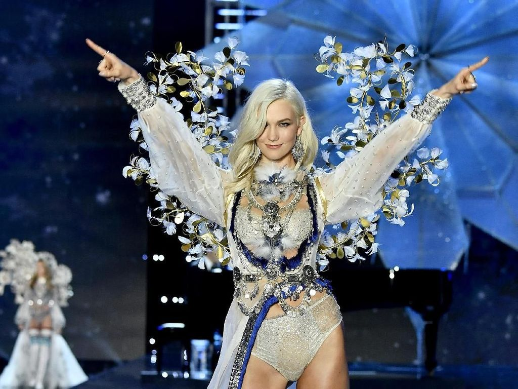Welcome Back! Karlie Kloss Eksis Lagi di Victorias Secret Fashion Show