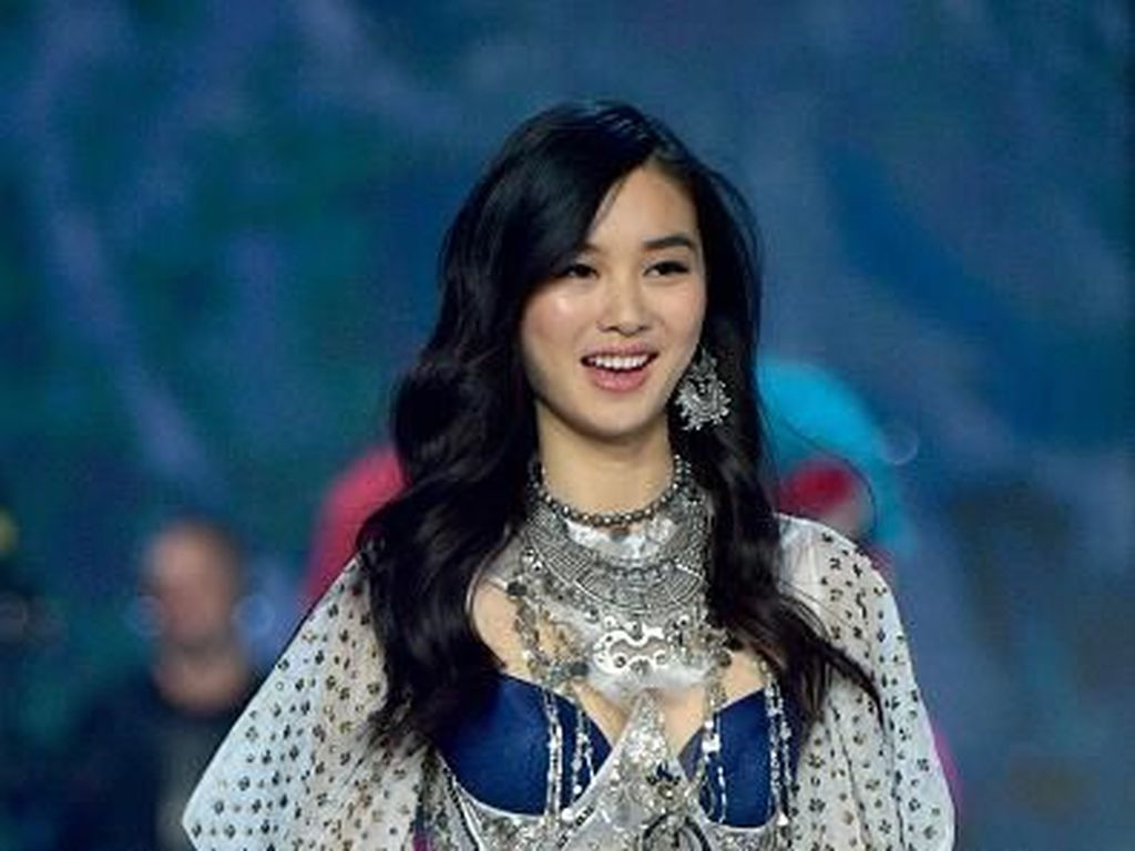 Foto: Model-model China yang Eksis di Fashion Show Victorias Secret