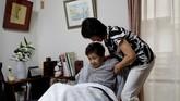 Yasuda Toyoko (95), pengidap kanker lambung dan juga demensia, tinggal di kediaman putrinya Terada di Tokyo. Terada memilih menjaga ibunya di rumah karena ia percaya rumah sakit membuat ibunya melemah dan tak membaik karena sakit yang dideritanya. (REUTERS/Kim Kyung-Hoon)
