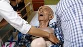 Sehari sebelum kematiannya, Yasuhiro Sato diperiksa dokter Shima Onodera dari klinik Yamato. (REUTERS/Toru Hanai)