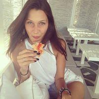 Bella memang dikenal sebagai pecinta pizza dan suka makan fast food, namun ia mengaku tetap berhati-hati dengan apa yang ia makan. Foto: Instagram @bellahadid