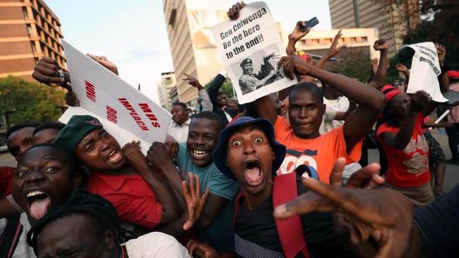 Rakyat Zimbabwemerayakan pengunduran diri Presiden Robert Mugabe di Harare, Zimbabwe , Selasa (21/11). REUTERS/Mike Hutchings