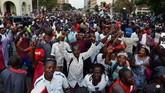 Rakyat Zimbabwe bersuka ria memenuhi jalanan Ibu Kota Harare merayakan pengunduran diri Presiden Robert Mugabe, Selasa (21/11). / AFP PHOTO / Tony KARUMBA