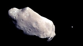 Asteroid Sebesar Tiga Kali Lapangan Bola Lintasi Bumi Besok