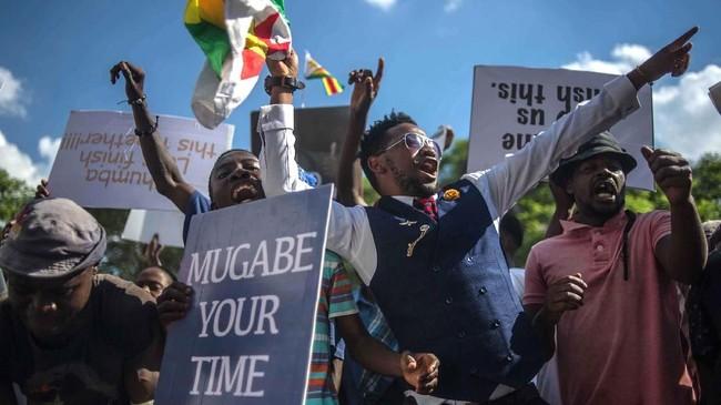 Rakyat Zimbabwe berkumpuldi Alun-alun Persatuan, seberang Gedung Parlemen, di Ibu Kota Hararemeneriakkan pengunduran diri Presiden Robert Mugabe, Selasa (22/11) (AFP PHOTO/ MUJAHID SAFODIEN