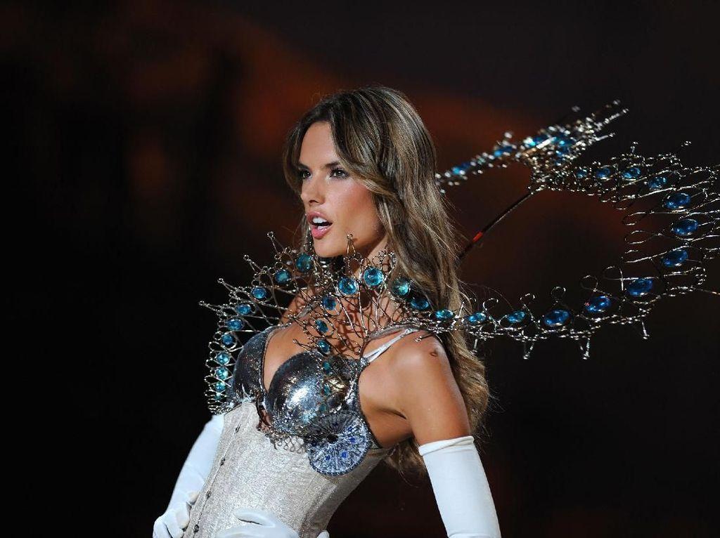 10 Momen Seksi Alessandra Ambrosio di Victorias Secret yang Tak Terlupakan