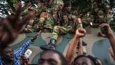Rakyat dan militer Zimbabwe merayakan pengunduran diri Presiden Robert Mugabe dengan naik ke atas tank di Harare, Senin (21/11).(AFP PHOTO/MUJAHID SAFODIEN)
