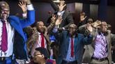 Anggota Parlemen Zimbabwe bersorak gembira setelah Presiden Robert Mugabe mengumumkan pengunduran dirinya, Senin (21/11). (AFP PHOTO/Jekesai NJIKIZANA)