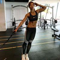 Untuk membentuk otot Yoan banyak melakukan latihan beban. Salah satunya dengan bantuan alat kabel di gym. Di sini ia sedang melatih otot perut bagian samping. (Foto: Instagram/drg_yoan)