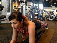 Otot perut dilatih dengan planking. Buat kamu yang ingin memiliki perut rata gerakan ini patut dicoba. (Foto: Instagram/drg_yoan)