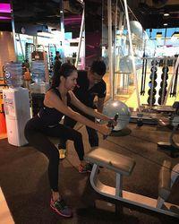 Di tengah kepadatan jadwalnya, ia tetap berolahraga bersama pelatih pribadi untuk menjaga kebugaran tubuhnya. Foto: Instagram @bungajelitha21