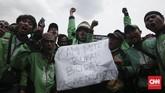 Lebih dari seribu pengemudi ojek online berunjuk rasa di depan Istana Merdeka, Jakarta, Kamis (23/11) menuntut pemerintah membuatkan payung hukum untuk legalitas ojek online. (CNN Indonesia/Andry Novelino)
