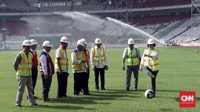 Aksi Sri Mulyani Bermain Sepak Bola di SUGBK