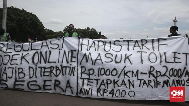 Berbeda dari unjuk rasa sebelumnya, demonstrasi kali ini diikuti oleh pengemudi Gojek, Grab, dan Ubeyang menyuarakan tuntutan yang sama. (CNN Indonesia/Andry Novelino)